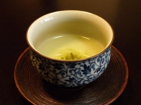 湯飲み茶わんに入ったお茶の画像