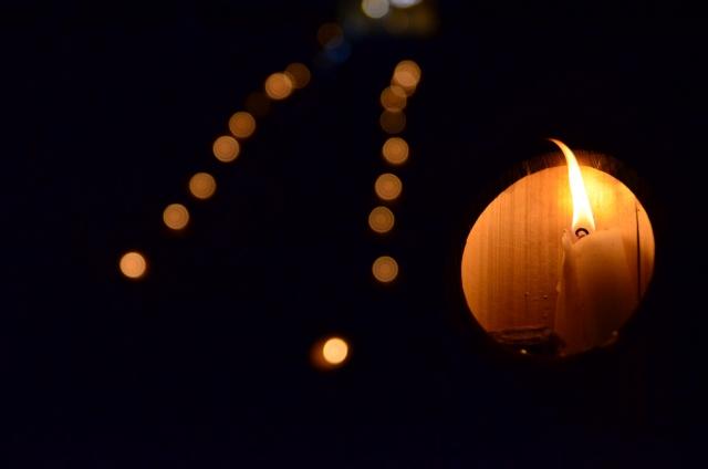 点々と灯るロウソクの明かりに照らされて