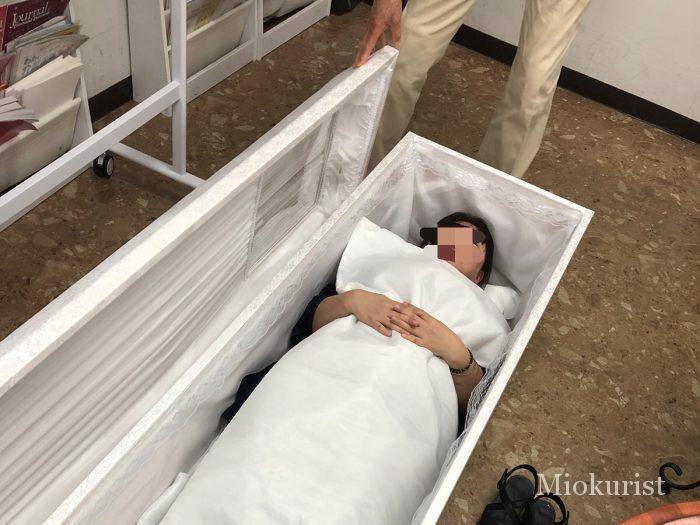 入棺体験の様子1