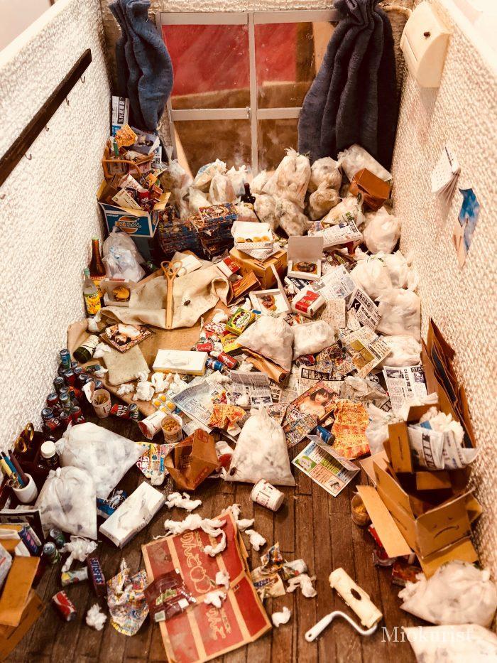ゴミ屋敷のミニチュア写真