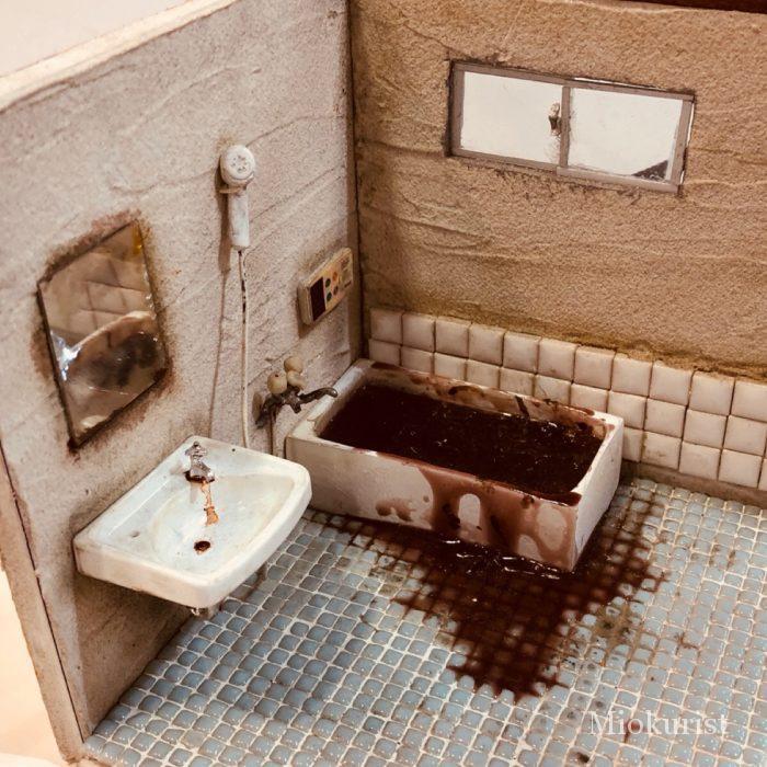 孤独死の現場(浴室)のミニチュア写真
