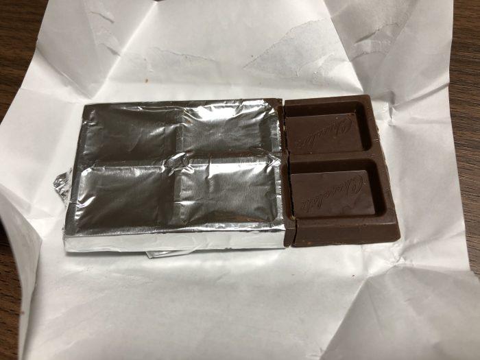 板チョコの銀紙を開いたところ